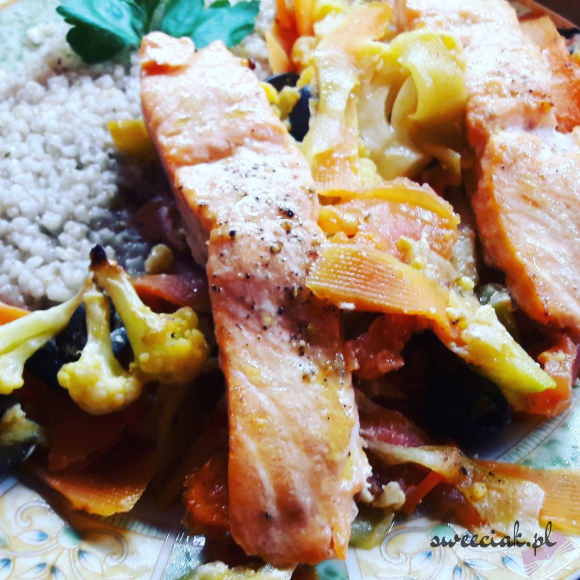 Pieczony filet z ryby na warzywach z kaszą