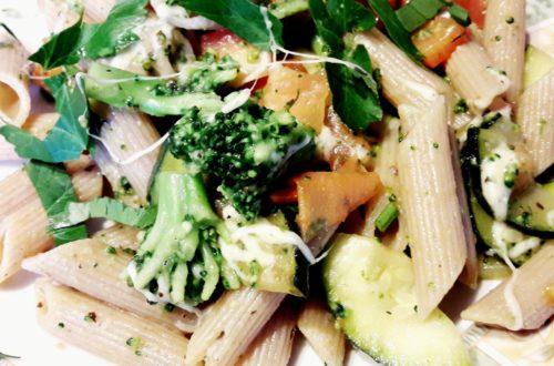 Makaron z cukinią, brokułami, pomidorem i papryką