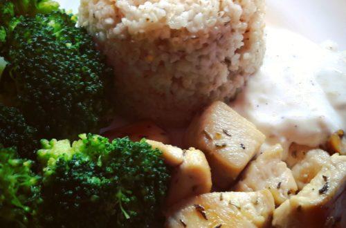 Rozmarynowo - tymiankowy kurczak w otoczeniu brokułów
