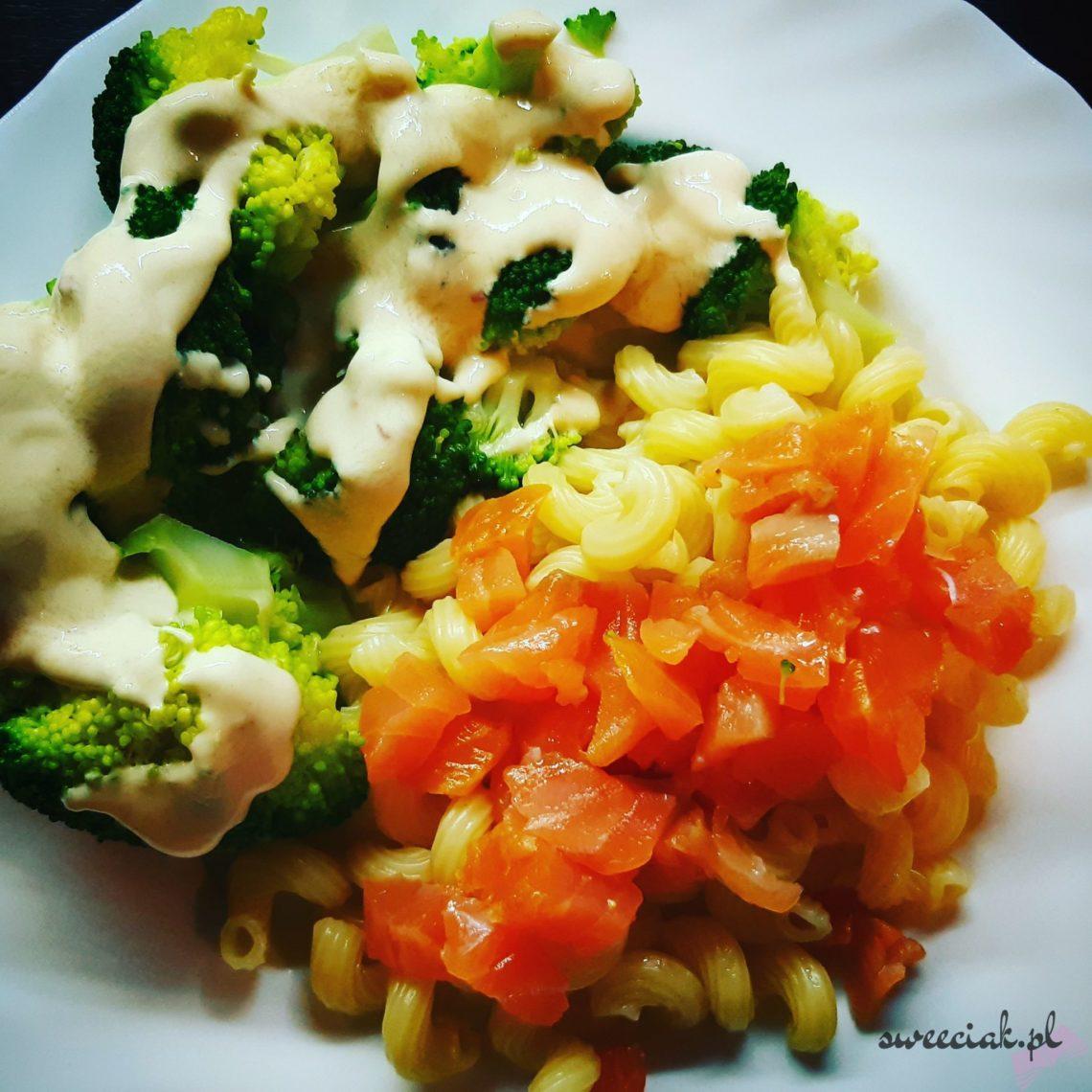 Brokuły, makaron i łosoś